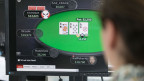Ein Mann spielt auf der Webseite eines ausländischen Glücksspielanbieters.