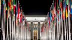 Fahnen vor dem Eingang des UNO-Hauptgebäudes in Genf.
