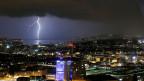 Gewitterwolken und Blitze über Zürich.