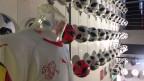 Eine Wand voller Fussbälle. Neben dem Nati-Dress bringt vor allem auch der offizielle Match-Fussball zusätzlichen Umsatz. Verkaufspreis: stolze 170 Franken.