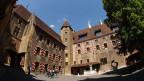 Ansicht Schloss Neuenburg durch den Torbogen.
