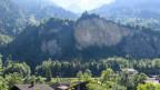 Sicht auf die Abrissstelle im Fels, Mitte rechts, während einer Begehung für Medienschaffende im ehemaligen Munitionslager Mitholz.