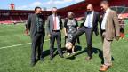 Die fünf Regierungsräte des Kantons Neuenburg, spielen sich den Ball zu: Medienkonferenz zur Finanzreform im Fussballstadion «La Maladière».
