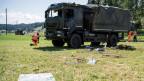 Zwei Polizisten untersuchen  in Linden bei Oberdiessbach einen verunfallten Lastwagen der Armee.