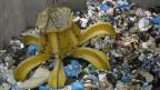 Ein Müllgreifer packt den Abfall in einer Kehrichtverbrennungsanlage.