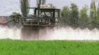 Ein Bauer beim Versprühen von Pflanzenschutzmitteln.