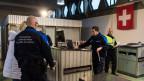 Migranten werden im Genzwachtposten am Bahnhof in Buchs kontrolliert.