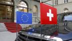 Das Bild zeigt eine Limousine mit den Flaggen der Schweiz und der EU in Miniaturformat anlässlich des Besuchs von EU-Kommissionspräsident Juncker in Bern im November 2017.