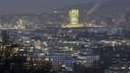 Nachtaufnahme der Stadt Zürich und des Prime Tower am Bahnhof Hardbrücke im Zürcher Stadtteil 5.