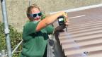 Die 23jährige Dachdeckerin Jasmin Tüscher  macht noch eine zweite handwerkliche Lehre zur Spenglerin - weil Dachdecker- und Spenglerarbeiten ineinander fliessen.