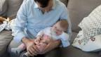 Zwei Wochen frei für Väter nach der Geburt eines Kindes, finanziert über die Erwerbsersatzordnung, so wie der Mutterschaftsurlaub.