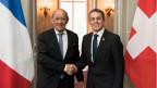 Bundesrat Ignazio Cassis, rechts, begrüsst Jean-Yves Le Drian, Europa- und Aussenminister von Frankreich.