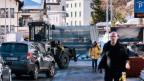 Ein Militärfahrzeug transportiert Zäune und blockiert den Verkehr. WEF am 15. Januar 2018 in Davos.