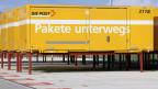 Vor dem Paketpostzentrum in Frauenfeld stehen Wechselcontainer der Post für den Weitertransport der Pakete per Lastwagen bereit.