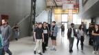 Denkarbeit statt körperliche Schwerarbeit: In der ehemaligen Von-Roll-Industriehalle in Bern findet die Einführungsveranstaltung zum Semesterstart für die angehenden Wirtschafts-Studierenden statt.