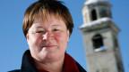 Theologin Monika Schmid am 9. Februar 2008 vor dem schiefen Turm der St. Mauritius Kirche in St. Moritz.
