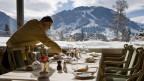 Ein Kellner deckt den Tisch im Hotel Gstaad Palace.