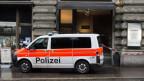 Polizisten und Forensiker untersuchen eine überfallene Schmuckboutique in Zuürich. Symbolbild.