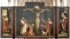 Isenheimer Altar in Colmar. Das erste Wandelbild mit der Kreuzigungstafel, flankiert von dem Märtyrer Sebastian (li) und dem Einsiedler Antonius.