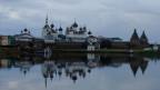 In der Sowjetzeit geschlossen und heute Hort für Russlands Pilgerinnen und Pilger: das Kloster auf den Solovetsky-Inseln im hohen Norden Russlands. Dort zeigt sich, dass die Insel-BewohnerInnen dem Wiederaufstieg der Kirche auch kritisch gegenüberstehen.