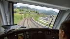 Ein Lokführer fährt den BLS-Zug auf der Strecke Kandersteg nach Bern und passiert in Frutigen die Gleise, die in den Lötschberg-Basistunnel führen,