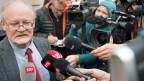 Pierre-Andre Comte, Generalsekretär der autonomen Jura-Bewegung gibt den Medien Auskunft.