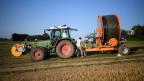 Symbolbild. Ein Bauer bereitet sich für die Wässerung seiner Felder vor.