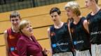 Bundeskanzlerin Angela Merkel (CDU) unterhält sich mit dem Nachwuchs des Basketball-Zweitligisten Niners Chemnitz.