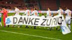 Die Mannschaft von GC bedankt sich mit einem Transparent für das Ja zum Stadion Hardturm.