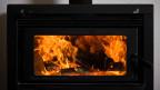 Ein Hämpfeli Holz reicht aus, damit der Ofen den ganzen Tag Wärme abgibt.