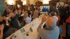 Anhängerinnen und Anhänger von Karin Keller-Sutter freuen sich. die FDP Wil hat im Hof zu Wil zur Übertragung der Wahl geladen