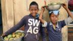 Kinder verkaufen in den Straßen von Asmara, Eritrea, Obst.