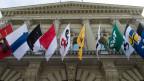 Einige Kantonswappen hängen am Bundeshaus.