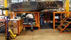 Ein Arbeiter bei Werterhaltungsarbeiten an einem Leopard-Panzer in den Produktionshallen der RUAG.