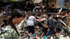 Gefährliche Rettungsarbeiten auf Indonesien.