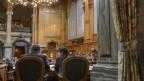 Blick in den Ständeratssaal auf zwei Stühle, rechts das Rednerpult mit Bundesrätin Simonetta Sommaruga.
