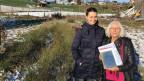 Brigitta Ammann und Sandra Brügger von der Uni Bern stehen im Moor.