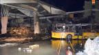 Zerstörte Postautos in Chur. Beim Brand in einer Einstellhalle von Postauto wurden mehrere Fahrzeuge verbrannt.