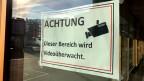 Plakat an der Eingangstür des Primarschulhauses Linden im zürcherischen Niederhasli.