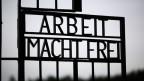 Der Eingang des ehemaligen deutschen Nazi-Konzentrationslagers in Dachau bei München.