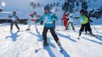 Kinder fahren Ski anlässlich einer Aktion von Schweiz Tourismus.