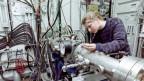 Eine Ingenieurin im ABB - Forschungszentrum in Dättwil, Kanton Aargau.