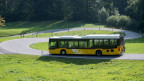 Ein Postauto ist auf der Fahrt durch das Eigenthal im Kanton Luzern.
