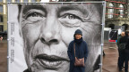 Mili Kusano, eine der sogenannt administrativ Versorgten, vor ihrem eigenen Konterfei in Bern.