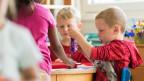 Kinder werden in einer Kita betreut.