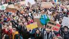 Zehntausende demonstrieren in Lausanne.