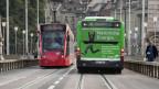 Ein Tram und ein Bus der städtischen Verkehrsbetriebe in Bern.