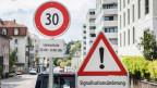 Lärmschutz an der Zürcher Breitensteinstrasse. Zwischen 22 Uhr und 06 Uhr morgens gilt Tempo 30.