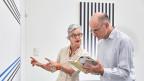 Ein Seniorenpaar beim Museumsbesuch. Symbolbild.