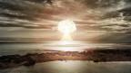 Atomare Explosion über dem Ozean.